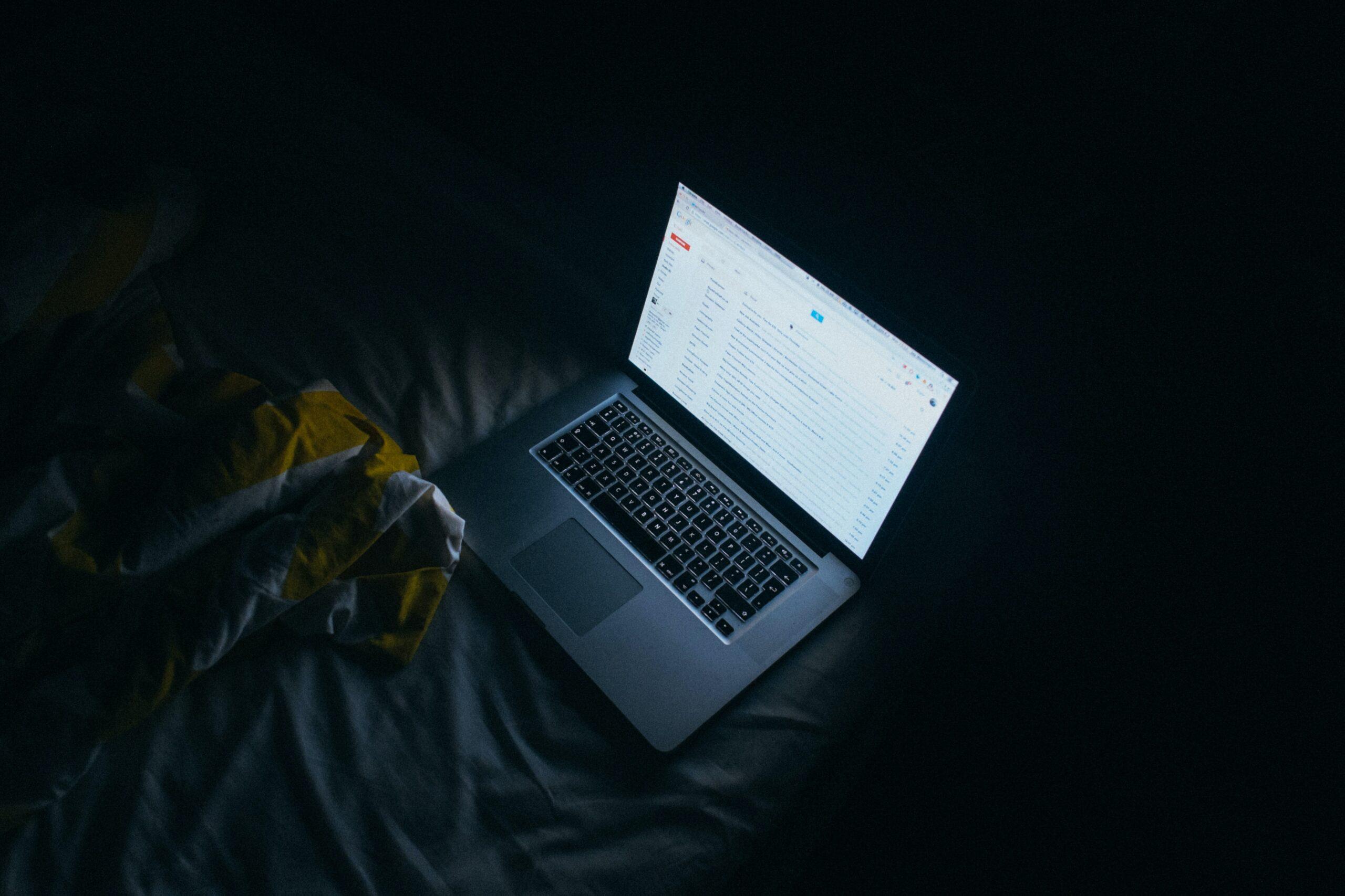 چرا نگاه کردن به صفحهی نمایش الکترونیکی خوابمون رو خراب میکنه؟